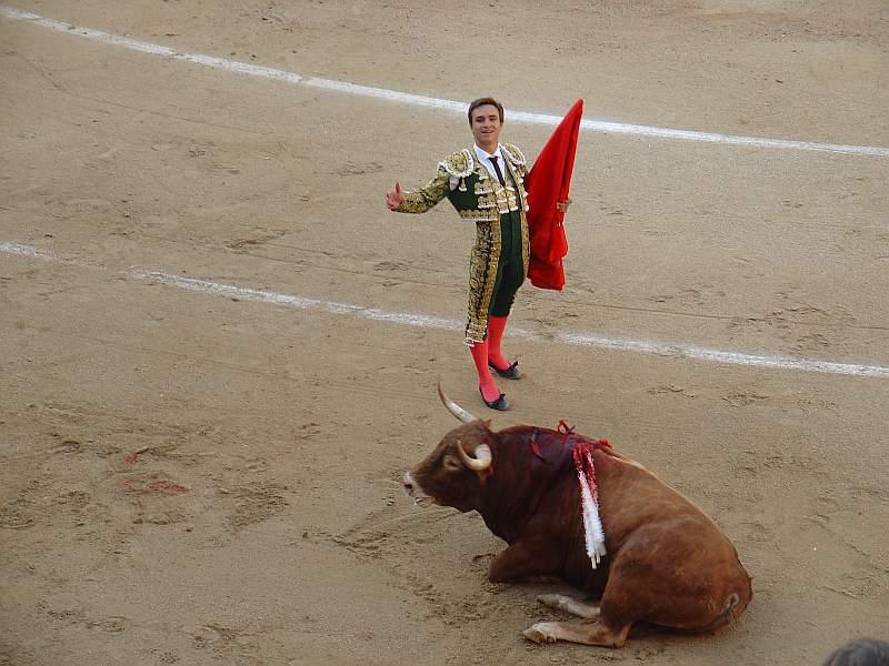 Juan Bautista acaba con la vida de Guayabo, toro colorao anteao de 561 de la ganaderia Recitales encaste Osborne el 16 de marzo de 2008 en la plaza de las Ventas de Madrid