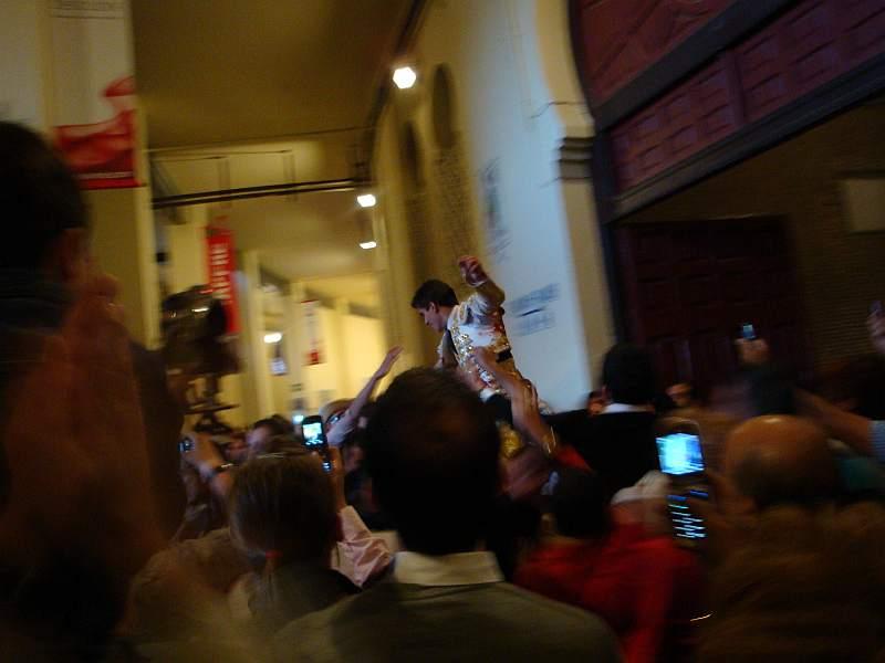 Ruben Pinar saliendo a hombros por la puerta grande de las Ventas el 7 de junio de 2009