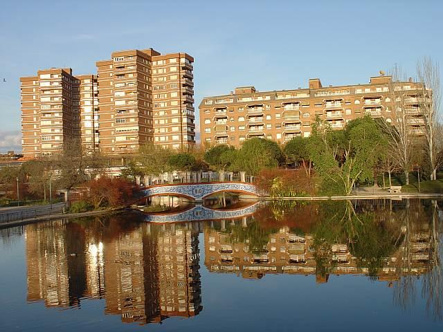 Espejo de Talavera enel estanque