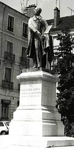 Estatua a Niepce, uno de los multiples inventores de la fotografia